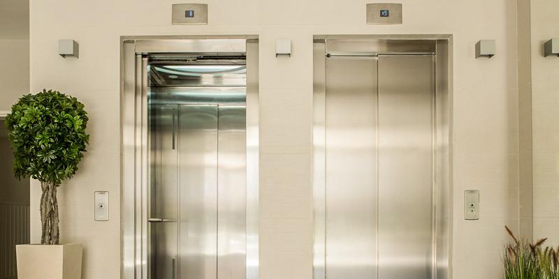 O que fazer quando ficar preso no elevador?