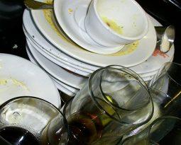 3 dicas para economizar água na hora de lavar a louça