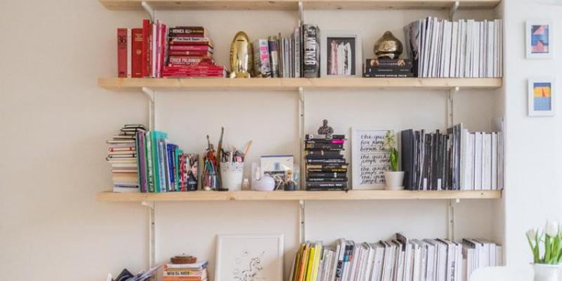 Aprenda a organizar a casa utilizando prateleiras e nichos