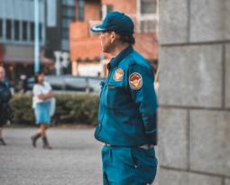 Pensa em contratar um serviço de segurança privada para a sua rua? Veja se vale a pena!