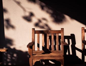 Veja como tirar riscos de móveis de madeira