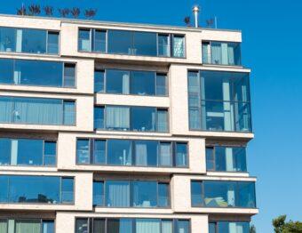 Regras de condomínio e sacada de vidro: entenda a relação